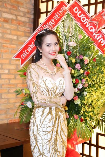 Nữ hoàng Du lịch Việt Nam Dương Kim Ánh lộng lẫy trong tiệc mừng sau đăng quang ảnh 8