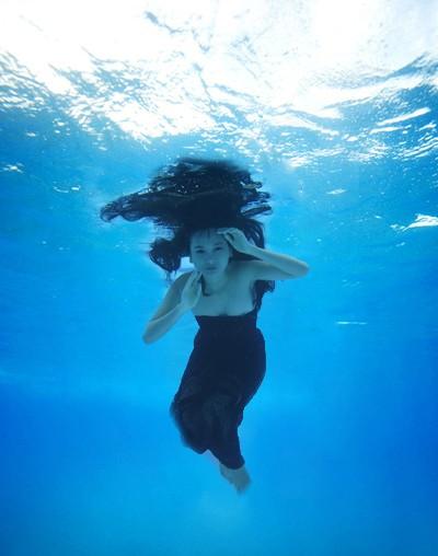 Người mẫu Xuân Thuỳ khoe dáng gợi cảm dưới nước ảnh 1
