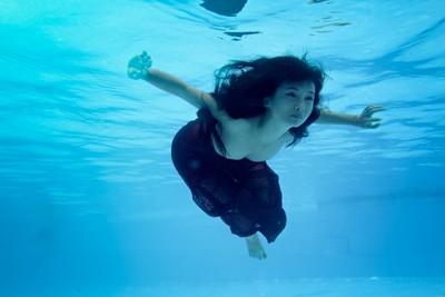 Người mẫu Xuân Thuỳ khoe dáng gợi cảm dưới nước ảnh 2