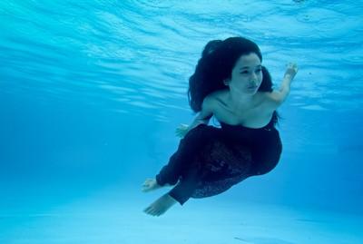 Người mẫu Xuân Thuỳ khoe dáng gợi cảm dưới nước ảnh 3