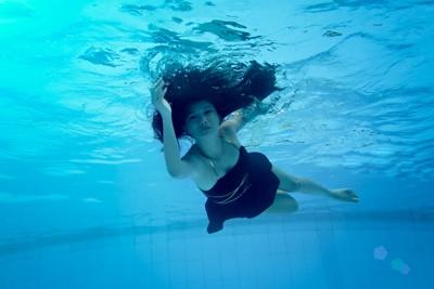 Người mẫu Xuân Thuỳ khoe dáng gợi cảm dưới nước ảnh 5