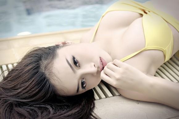 """Hot girl Đặng Hà Vy """"bốc lửa"""" bên hồ bơi ảnh 4"""