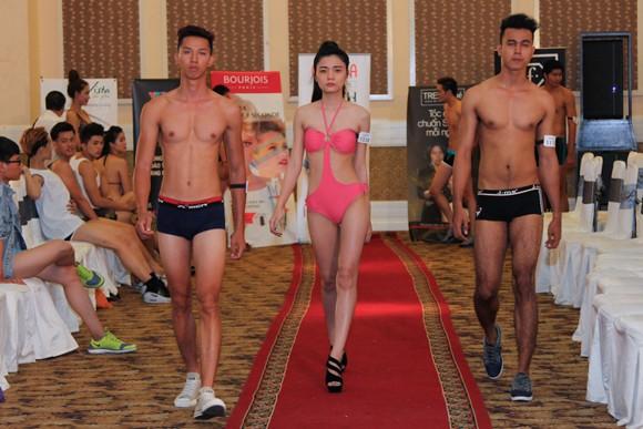 Thí sinh Vietnam's Next Top Model khoe cơ bắp trong phần thi hình thể ảnh 12