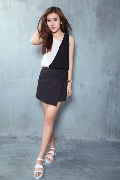 Á khôi Tăng Huỳnh Như gợi cảm với trang phục trắng đen tối giản ảnh 8