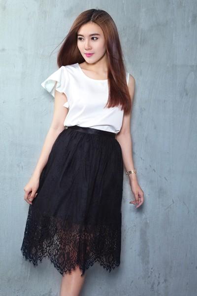 Á khôi Tăng Huỳnh Như gợi cảm với trang phục trắng đen tối giản ảnh 9