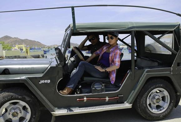 Mai Thu Huyền tạo dáng hầm hố trên xe jeep ảnh 1