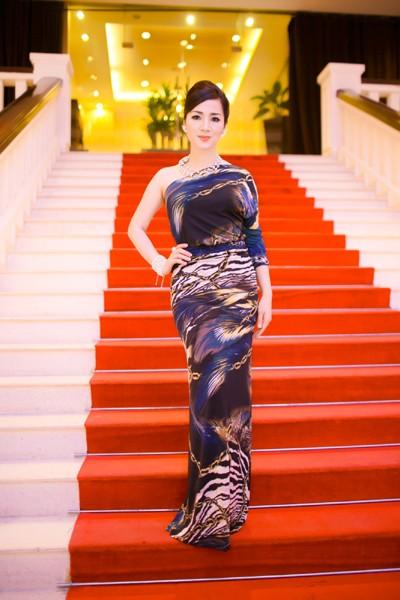 Hoa hậu Giáng My khoe lưng trần trắng nõn kiêu sa
