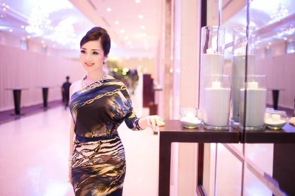 Hoa hậu Giáng My khoe lưng trần trắng nõn kiêu sa ảnh 4