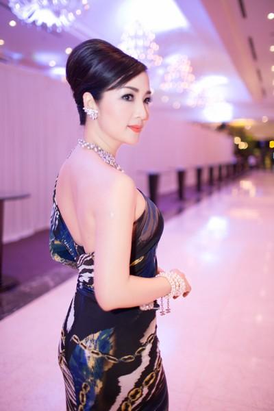 Hoa hậu Giáng My khoe lưng trần trắng nõn kiêu sa ảnh 5