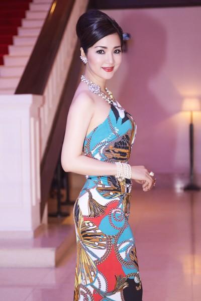 Hoa hậu Giáng My khoe lưng trần trắng nõn kiêu sa ảnh 7