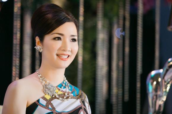 Hoa hậu Giáng My khoe lưng trần trắng nõn kiêu sa ảnh 10