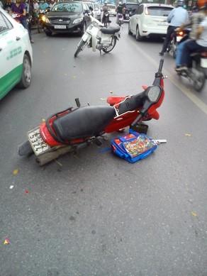 Vừa tập thể dục xong thì bị xe máy tông ngất xỉu ảnh 1