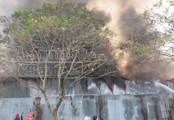 Xảy cháy lớn tại một kho hàng gần trung tâm Hà Nội ảnh 3