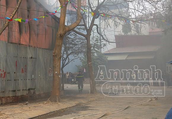 Xảy cháy lớn tại một kho hàng gần trung tâm Hà Nội ảnh 4