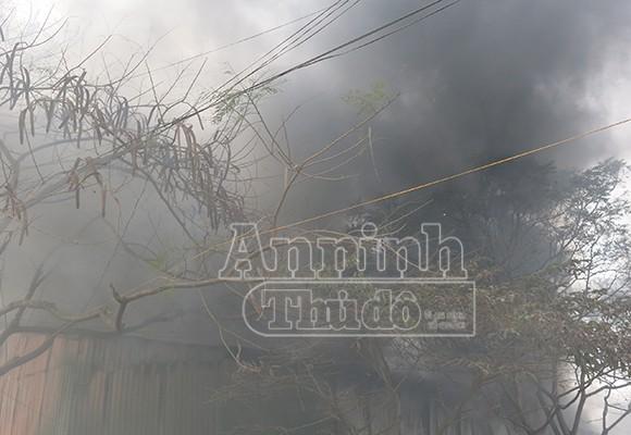 Xảy cháy lớn tại một kho hàng gần trung tâm Hà Nội ảnh 5