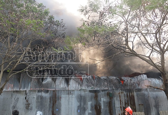 Xảy cháy lớn tại một kho hàng gần trung tâm Hà Nội ảnh 6