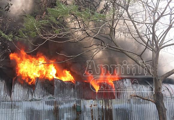 Xảy cháy lớn tại một kho hàng gần trung tâm Hà Nội ảnh 1