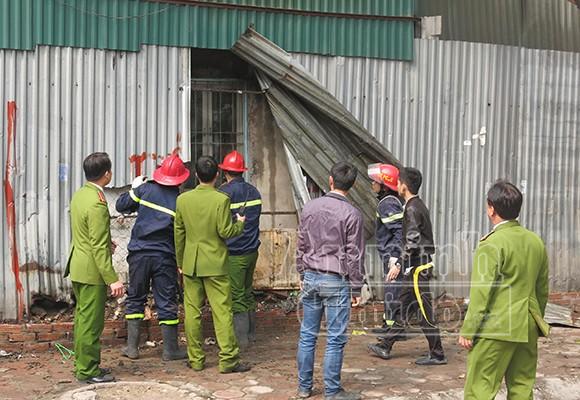 Xảy cháy lớn tại một kho hàng gần trung tâm Hà Nội ảnh 7