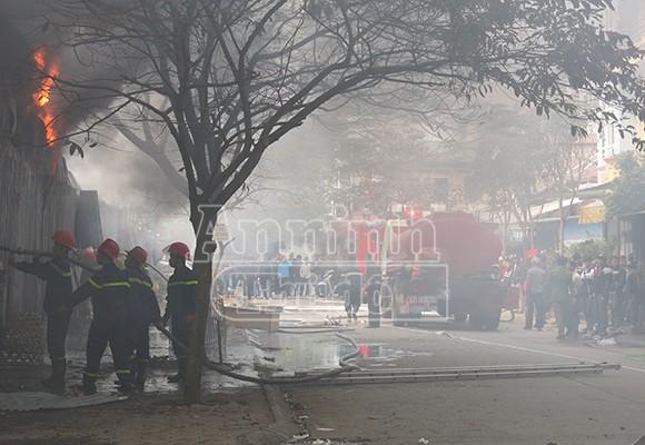 Xảy cháy lớn tại một kho hàng gần trung tâm Hà Nội ảnh 8