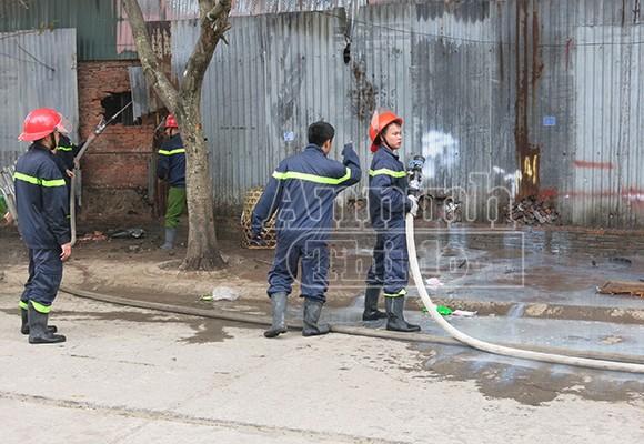 Xảy cháy lớn tại một kho hàng gần trung tâm Hà Nội ảnh 9