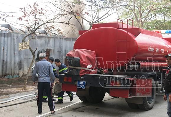 Xảy cháy lớn tại một kho hàng gần trung tâm Hà Nội ảnh 10